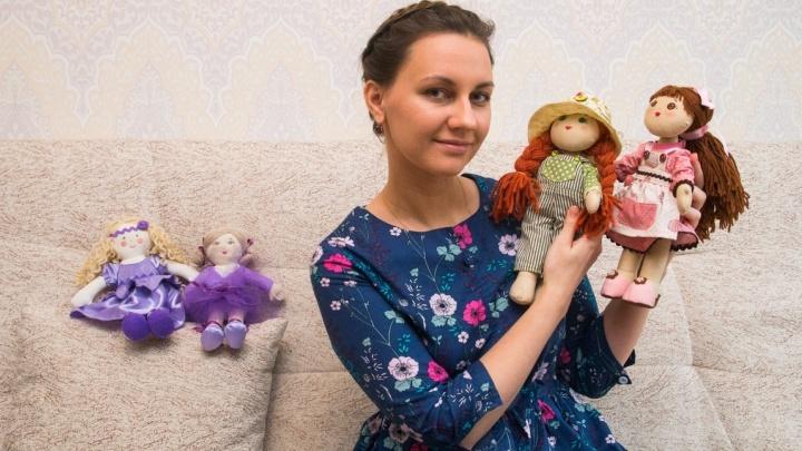 «Надоели накрашенные Барби в декольте»: екатеринбурженка бросила карьеру экономиста, чтобы шить куклы