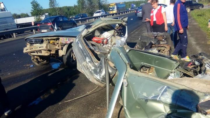 От машины ничего не осталось: на Пермском тракте ВАЗ врезался в стоящую на обочине фуру