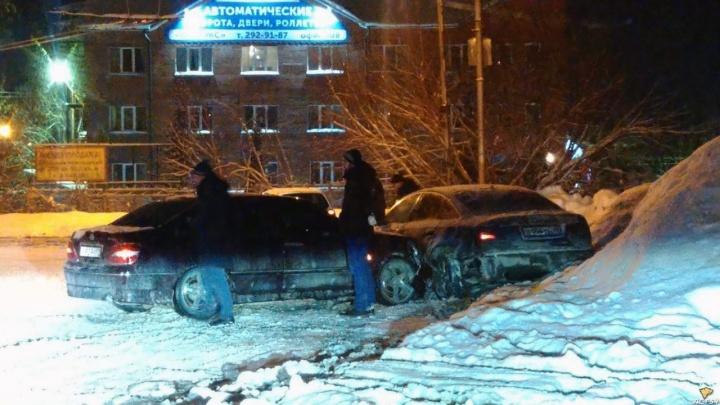 В Заельцовском районе на кольце столкнулись два дрифтера