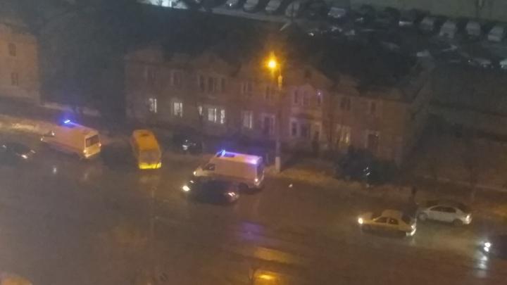 В Волгограде столкнувшиеся «Нива» и маршрутка с пассажирами вылетели на тротуар