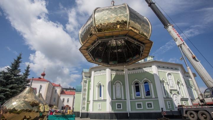«Будут любоваться внуки и правнуки»: на челябинском соборе начали установку семи золотых куполов