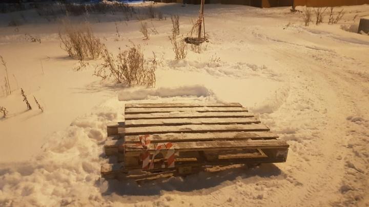 «Просто ровно лежал снег»: на прогулке с ребёнком архангелогородка упала в канализационный люк