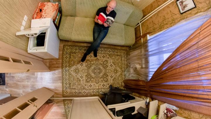Поддон вместо ванны, холодильник вместо прихожей: кто и как живёт в квартирах площадью до 16 метров