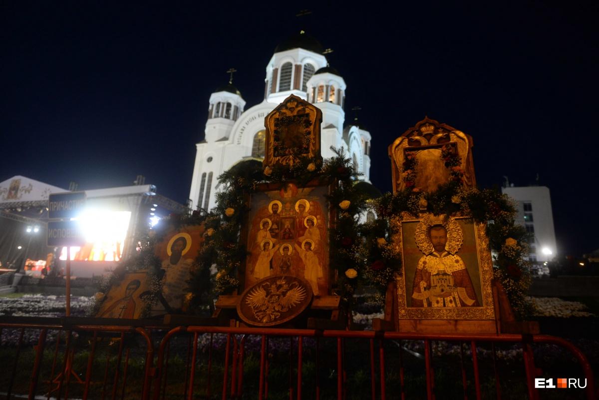 У Храма на Крови поставили иконы