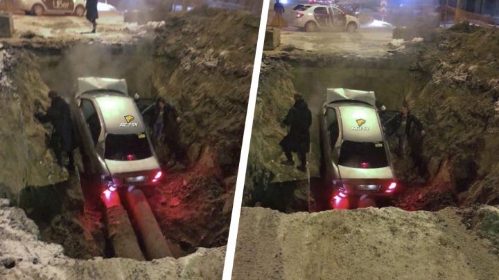 «Мазда» слетела с дороги в разрытую теплотрассу в Кировском районе