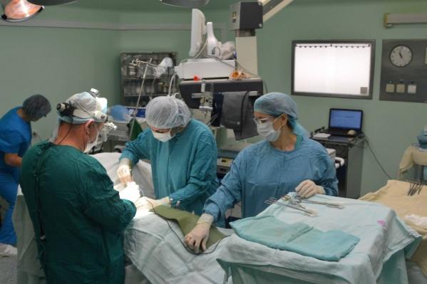 Операция по трансплантации почки обходится примерно в 900 тысяч рублей. В России она делается только по полису ОМС и оплачивается фондом соцстрахования