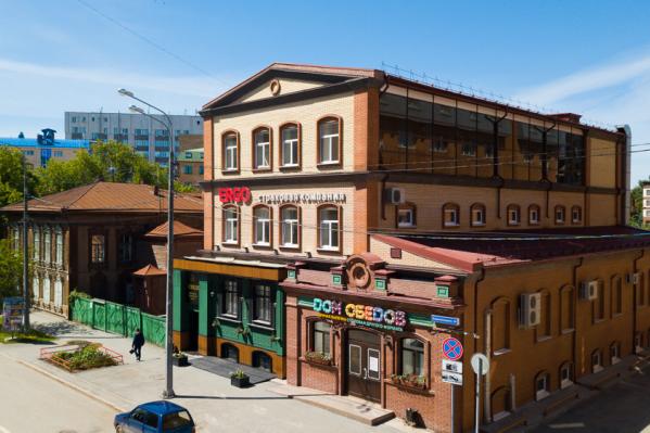 Сейчас это трехэтажное здание, но в начале XX века здесь были небольшой магазин и склад