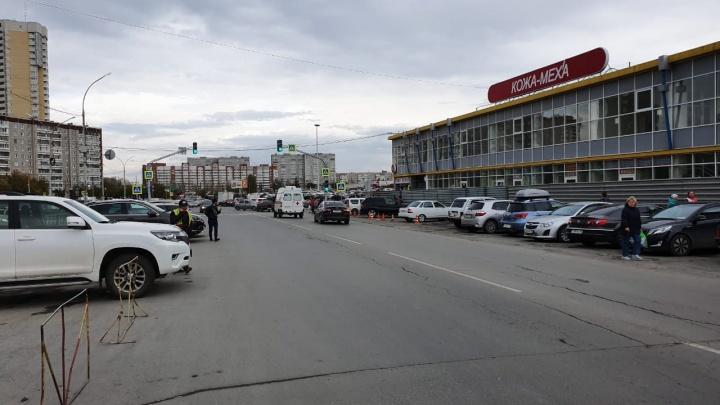 К «Таганскому ряду» стянули несколько машин скорой и полиции из-за сообщения о выстрелах