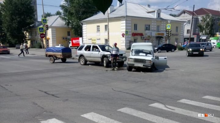 «Удар был мощный,реанимация приехала»: на Уралмаше столкнулись внедорожник и ВАЗ