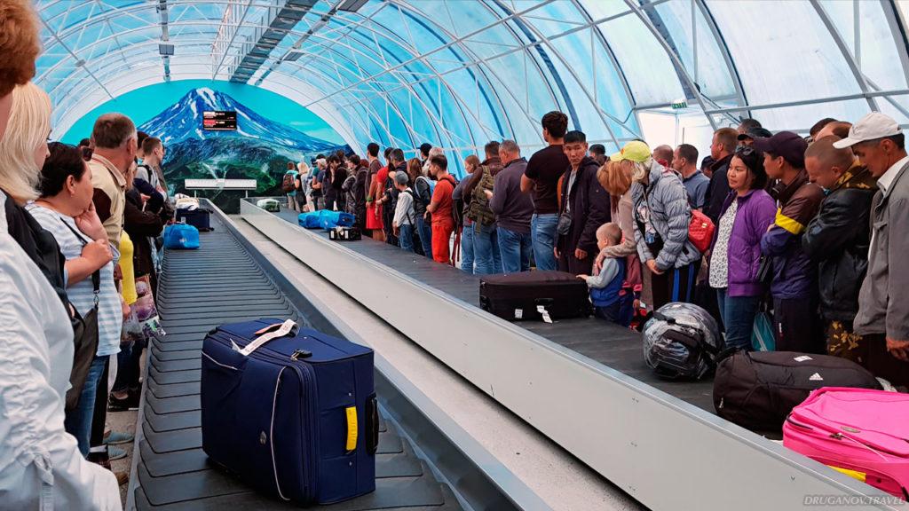 Ваш багаж будет, но нескоро. Да, жарко, и нет кондиционеров. Но всё равно ждите