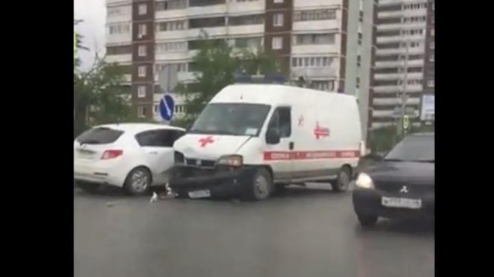 На Юго-Западе легковушка столкнулась с машиной скорой помощи, которая ехала на вызов