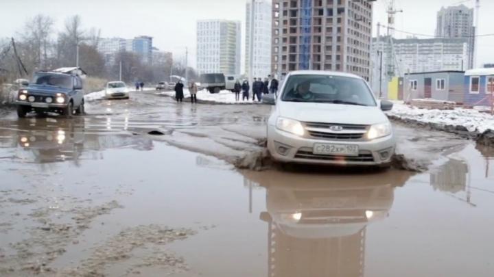 В грязи и лужах: жители дома на улице Нуреева третий год ждут дорогу