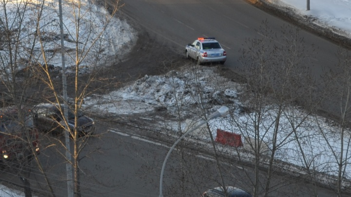 Возле кольца на Объездной, где накануне водители массово нарушали правила, встал патрульный экипаж