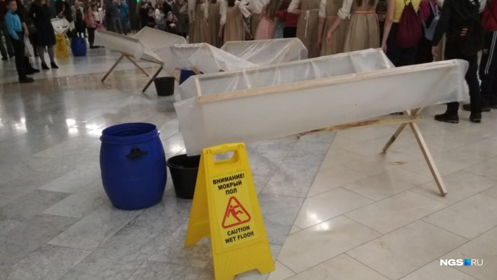 «Морозко растаял»: фойе театра «Глобус» залило талой водой