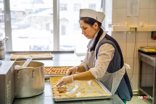 Практически все школы и детские сады Ярославля обращаются к сторонней организации для оказания этой услуги — «Комбинату социального питания»