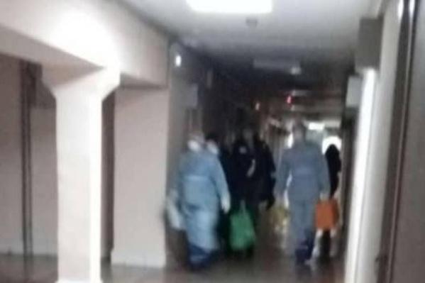 За студенткой из Китая пришли врачи в таких же костюмах, в которых работали на учениях в аэропорту по встрече борта с больными коронавирусом
