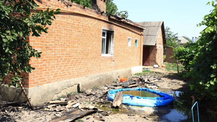 «Мы стали бомжами»: семья из Егорлыкской вынуждена скитаться после того, как пьяный сосед сжег дом