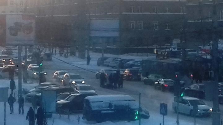 Таксист сбил пешехода на переходе у НГТУ