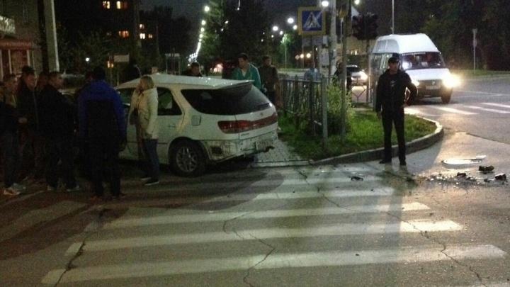 Перелетел через машину: опытный мотоциклист разбился в аварии с «Тойотой»