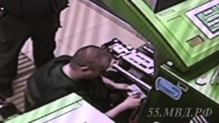 Омский инкассатор вытащил деньги из банкомата и унёс в кармане