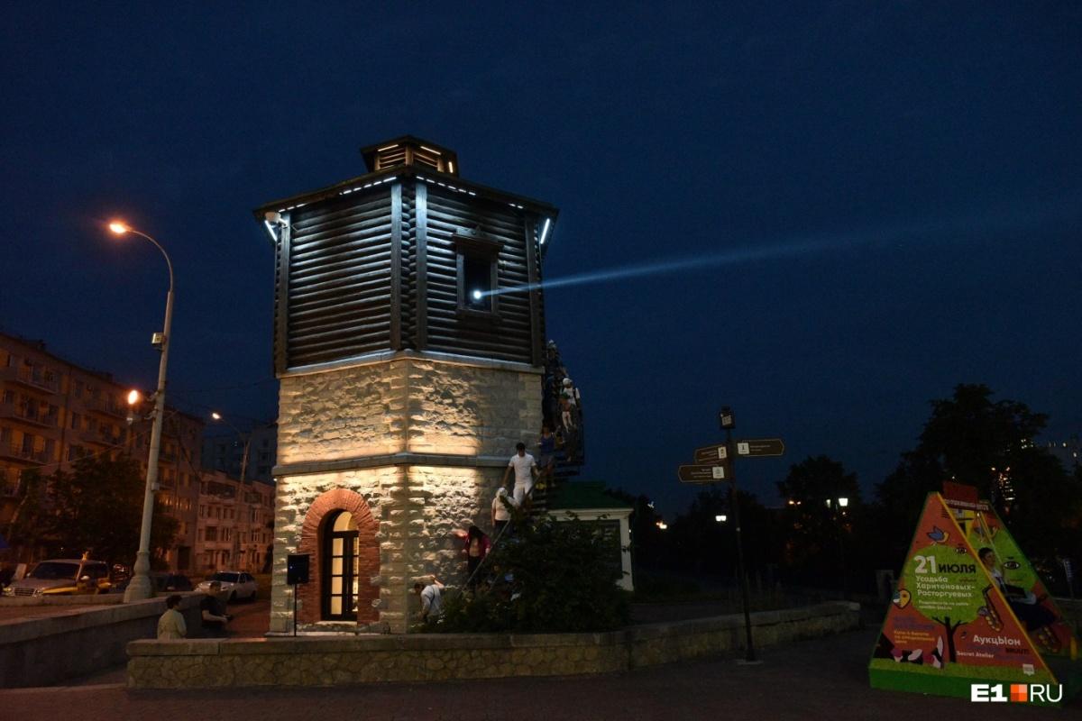 Водонапорную башню отреставрировали в июне прошлого года , а месяц спустя  она на несколько часов превратилась в маяк