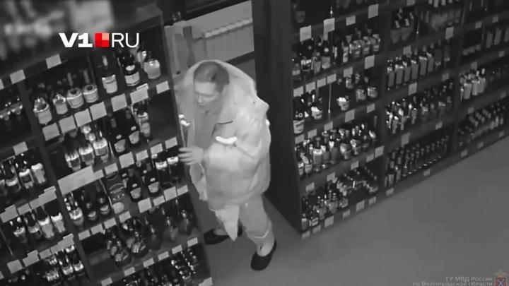 «Эх, Вася-Вася»: появилось видео вторжения 42-летнего именинника в алкомаркет Волжского