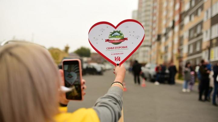 Жители «Красного Аксая» высадили более 300 деревьев в новом сквере «Семейный»