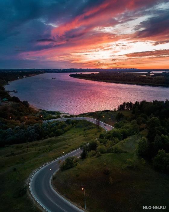 Река на фото кажется фиолетовой
