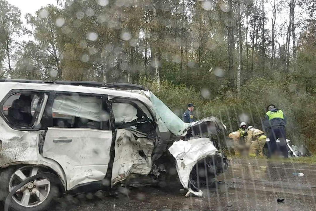 На месте аварии работают спасатели.