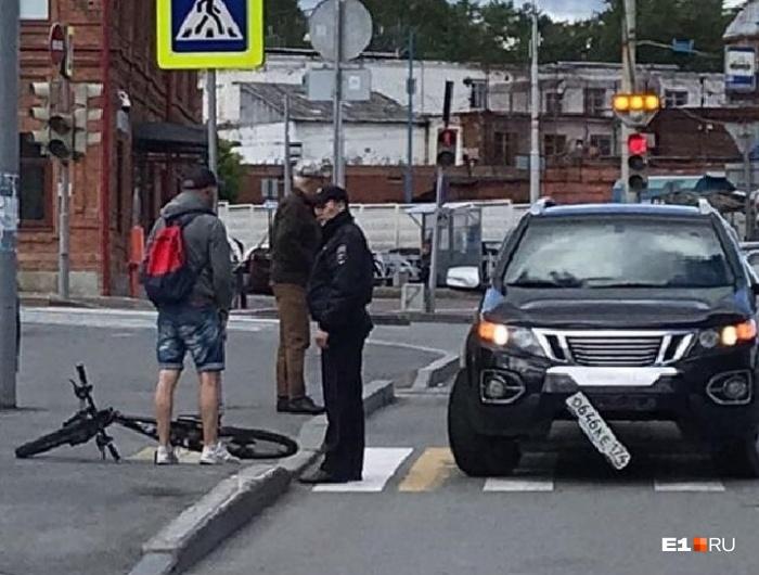 У машины полицейского от удара отвалился госномер