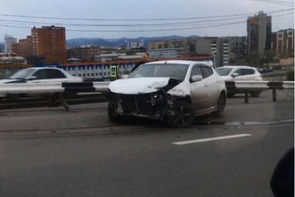 «Тойота» снесла свежеокрашенное ограждение на спуске с Игарской
