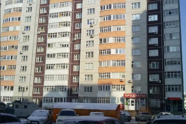 Инцидент случился в районе обеда на улице Николая Семенова. На месте работали полицейские и кинолог