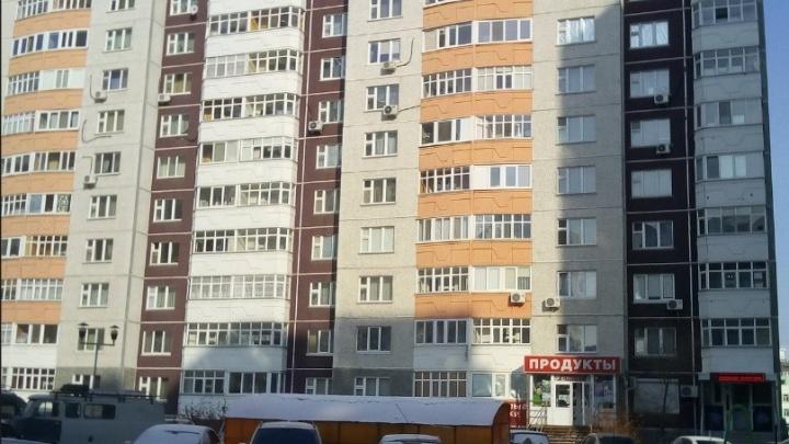 Две тюменки обокрали чужую квартиру, войдя туда вслед за ребенком