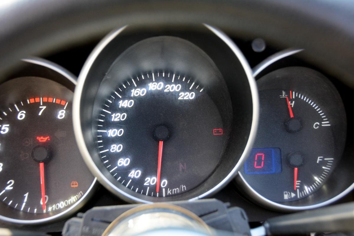 Панель приборов от Mazda 3: тахометр явно тесноват для мотоциклетного мотора с пиковой частотой более 10 тысяч об/мин