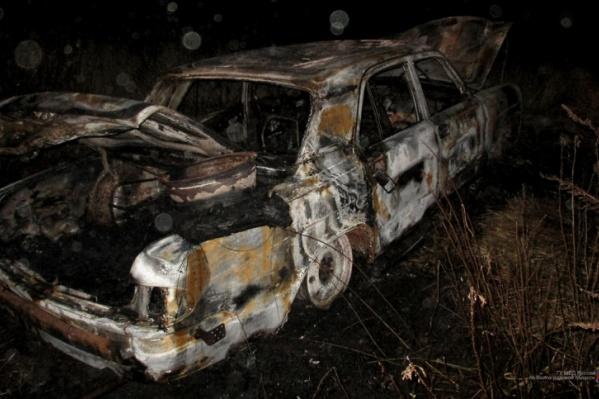 Машина съехала в кювет и загорелась