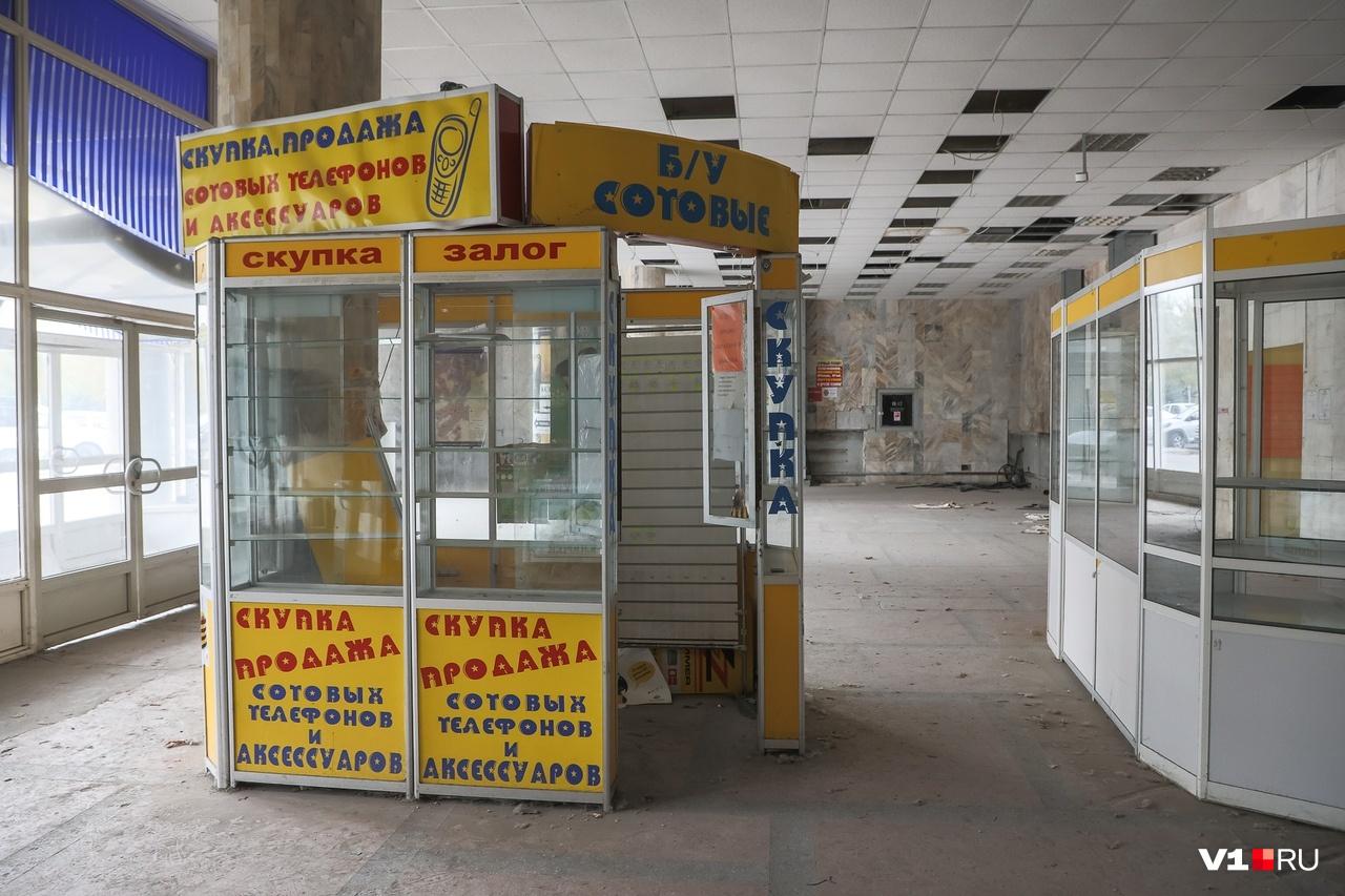 На входе сохранились торговые павильоны, свидетельствующие о последних арендаторах ЦУМа