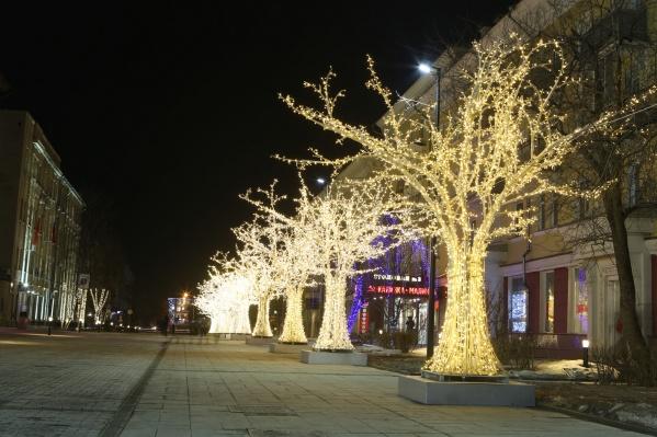 В праздники и выходные деревья подсвечиваются с момента включения уличного освещения до часу ночи и с 5 утра до отключения уличных фонарей