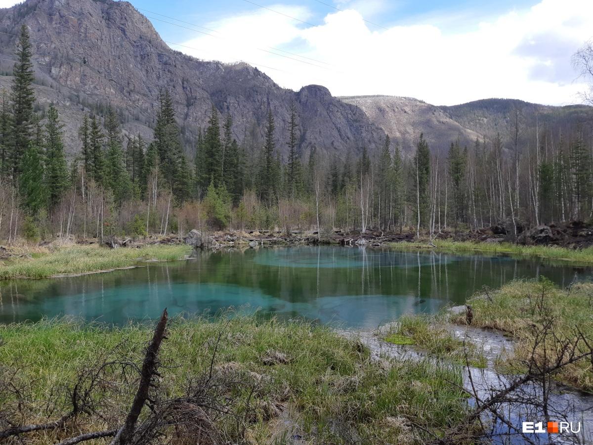 Голубое озеро небольшое и привлекает туристов необычными разводами естественного происхождения