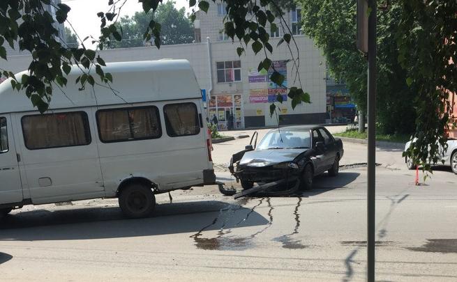 Маршрутка с пассажирами попала в аварию на Затулинке
