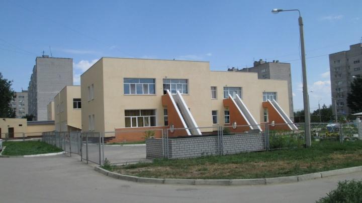 В Волгограде двое детей залезли на крышу детского сада