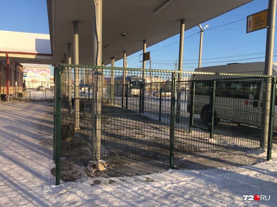 Пассажирам, ожидающим свой автобус, придется некоторое время стоять внутри клетки