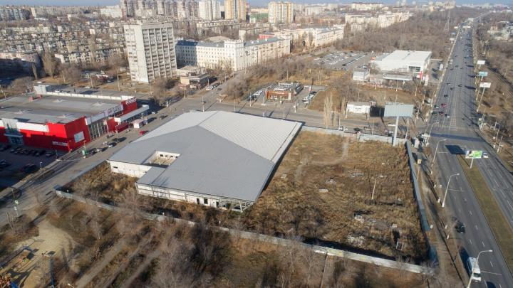 «Ради него рубили парк и убирали аттракционы»: в Волгограде продают полупостроенный торговый центр