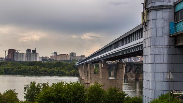 Мужчина упал с Коммунального моста в Новосибирске