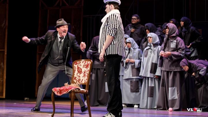 «Перед премьерой проверили все стулья»: в Волгоградском театре воскресили Остапа Бендера