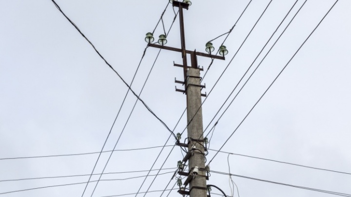 «Наросло несколько сантиметров»: в Волгоградской области энергетики соскребают лед с проводов