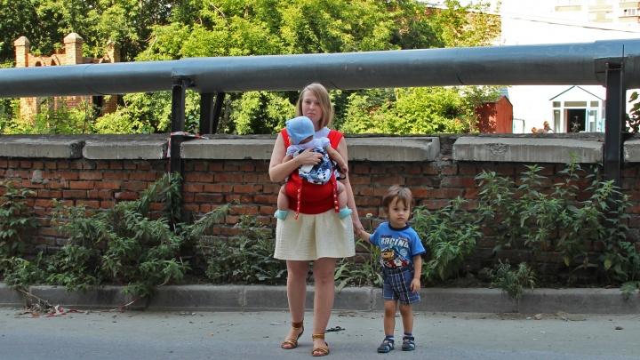 «Пасть свою прополощи, будешь отрабатывать»: сибирячку атаковали коллекторы из-за долга её отца