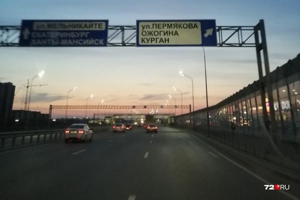 Жители Патрушева говорят, что указатели висят давно, но информация о том, что с развязки можно повернуть на Ожогина и попасть на курганскую трассу, была заклеена