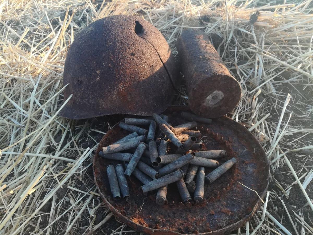 На берегу реки Миус нашли каску советского солдата и патроны