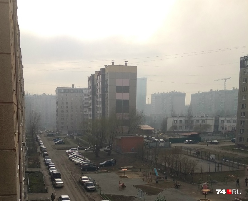 Дым с запахом гари вечером 3 мая вновь окутал Северо-Запад Челябинска