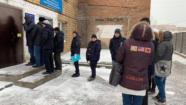 Очереди с улицы: красноярцы осадили наркодиспансер за справками от нарколога